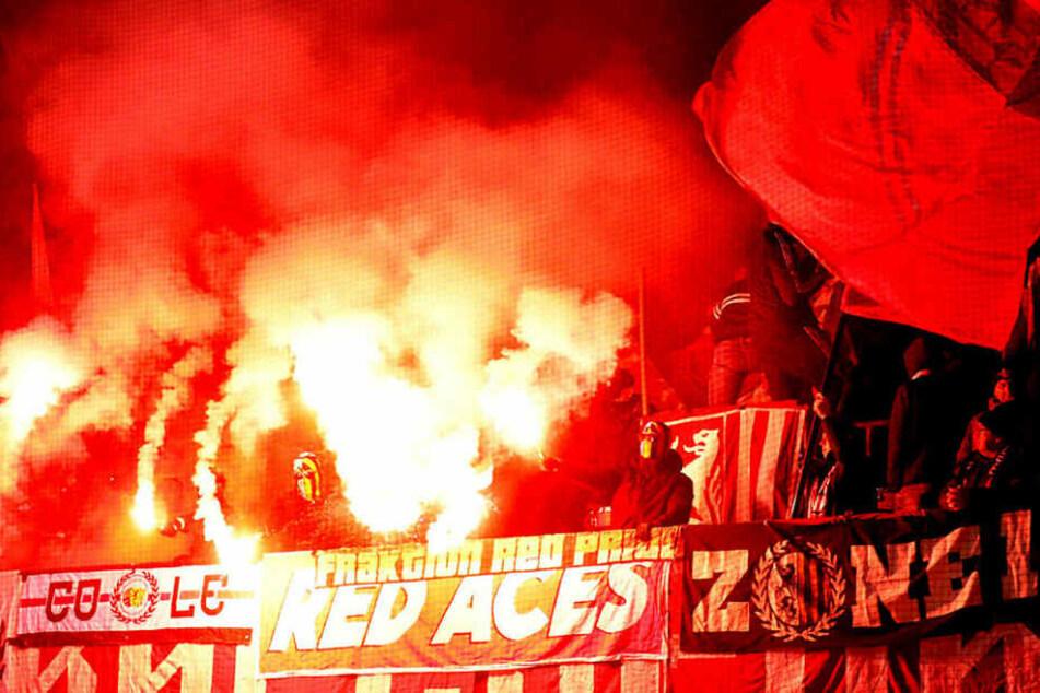 Ungewohntes Bild: Beim Spiel gegen den SC Paderborn wurde im Leipziger Block Pyro gezündet.