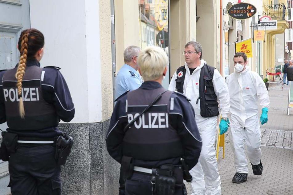 Mitarbeiter der Spurensicherung am Tatort.