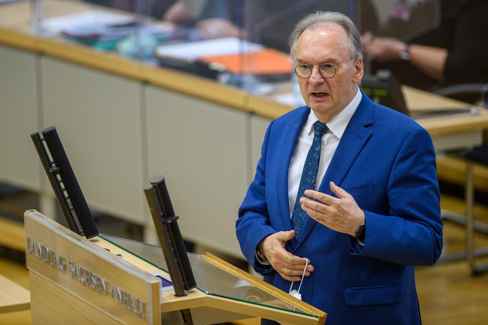 Sachsen-Anhalts Ministerpräsident Reiner Haseloff (67, CDU) hat der Bundeskanzlerin Mut zugesprochen.