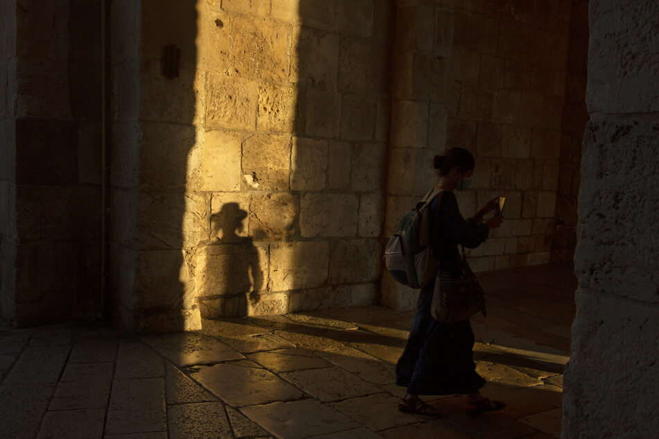 Der Schatten eines ultraorthodoxen Mannes zeichnet sich an der Jerusalemer Stadtmauer ab.