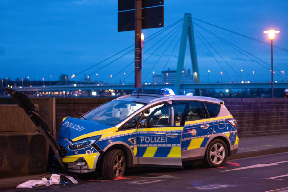Kölner Rheinuferstraße: Polizeiwagen kracht gegen Betonwand, Beamte verletzt