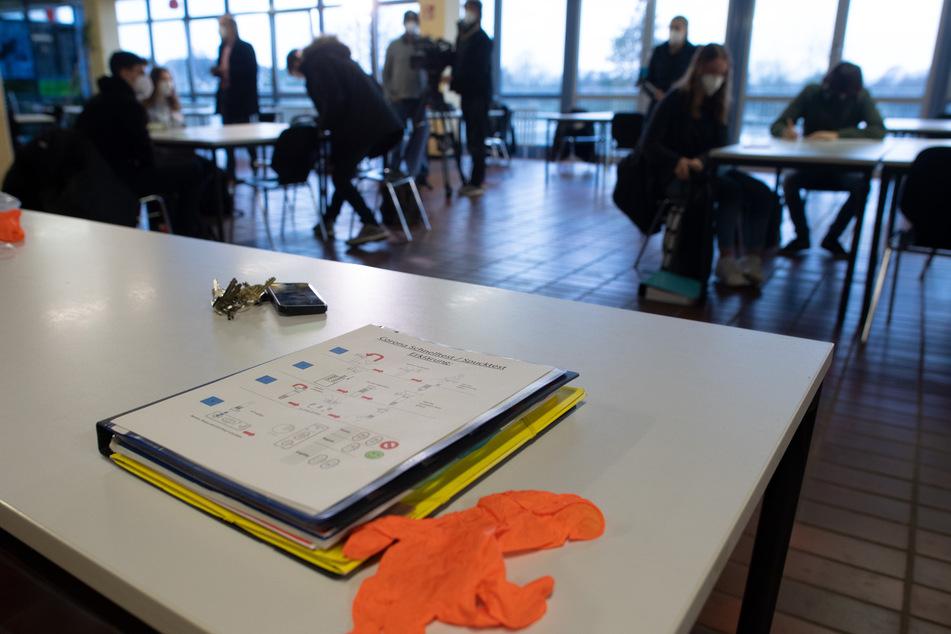 Viele Schüler werden in NRW wohl in der kommenden Woche wieder aus der Distanz lernen. (Symbolbild)