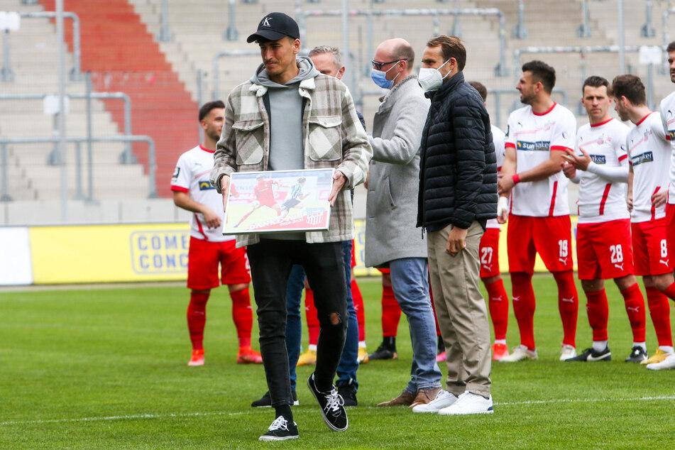 Ali Odabas (27, v.-l.) wurde am letzten Spieltag vom FSV Zwickau verabschiedet.