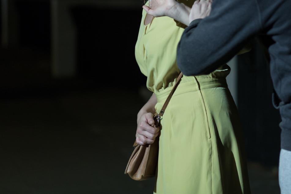 An gleich zwei Orten ist es Freitagnacht in Leipzig zu Raubüberfällen gekommen. Unter anderem wurde dabei eine 40-jährige Frau angegriffen. (Symbolbild)