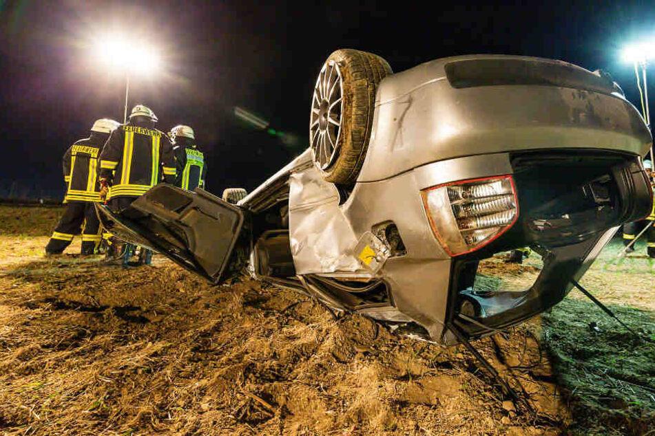 Der Audi überschlug sich und blieb auf dem Dach liegen.