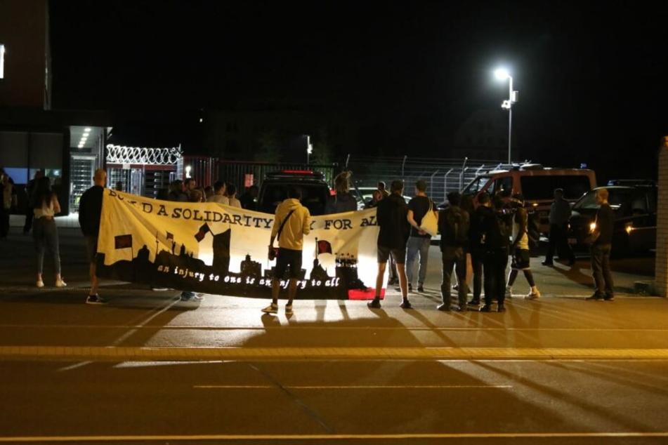 Rund 15 Menschen hatten gegen eine geplante Abschiebung eines Asylbewerbers in der Max-Liebermann-Straße demonstriert.