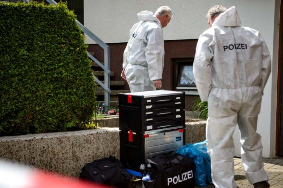 Die Spurensicherung untersuchte nach dem Mord den Tatort. (Symbolbild)