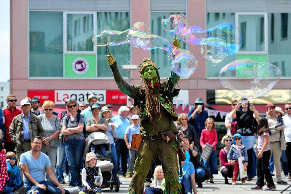 Gaukler und Artisten begeisterten die Besucher mit ihren Darbietungen überall in der Innenstadt.