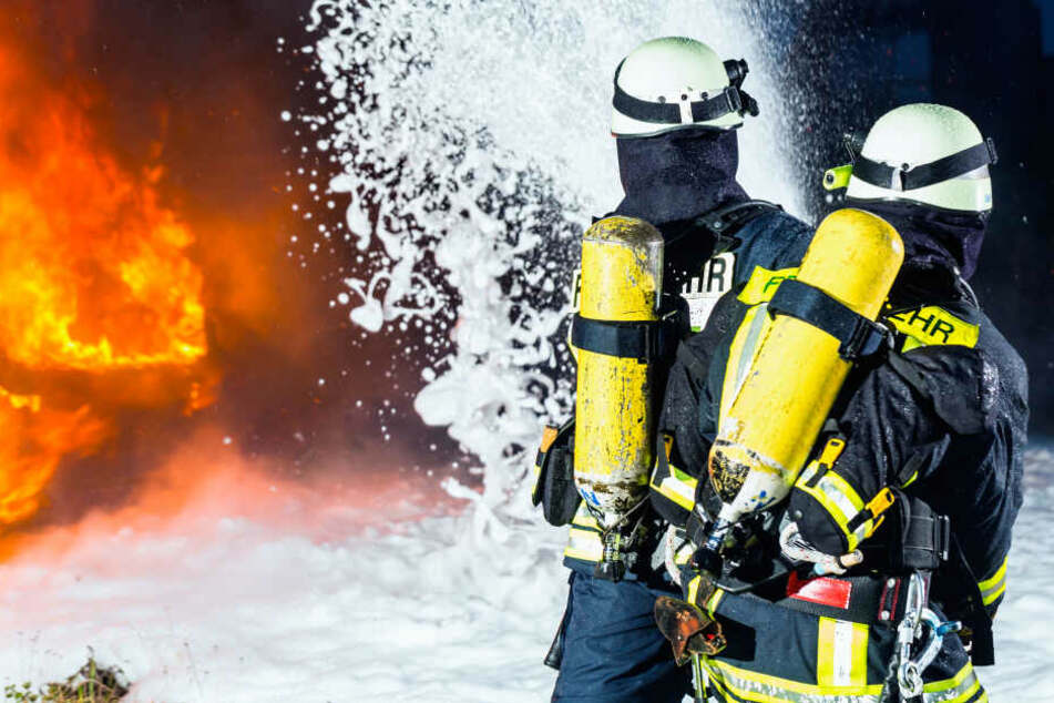 Die Einsatzkräfte der Feuerwehr konnten nicht verhindern, dass das Auto komplett ausbrannte (Symbolbild).