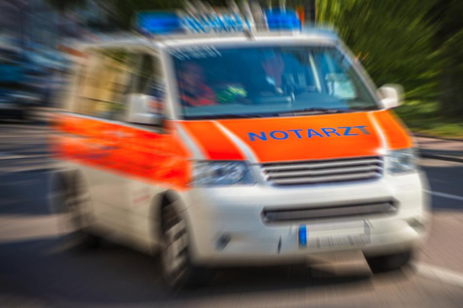 Mann (27) wirft Rucksack gegen Rettungswagen