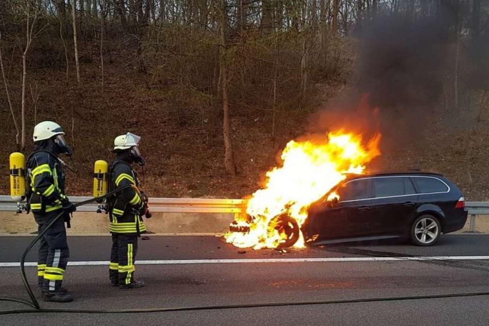 Die Feuerwehr löschte den brennenden Wagen.
