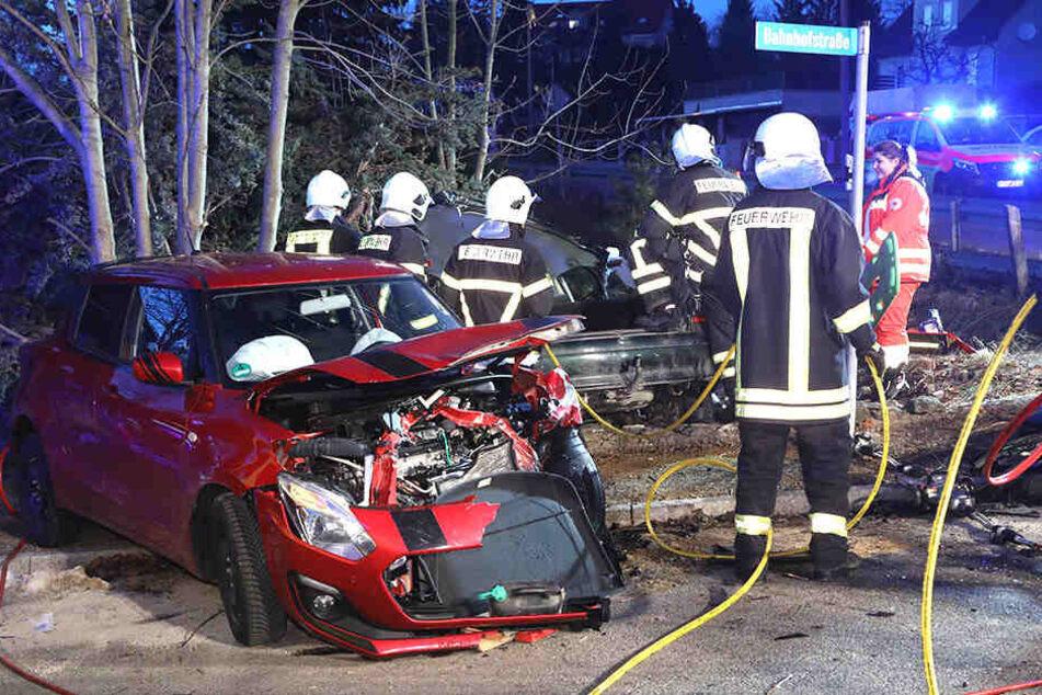 Feuerwehrleute mussten einen Mann aus dem Auto retten.