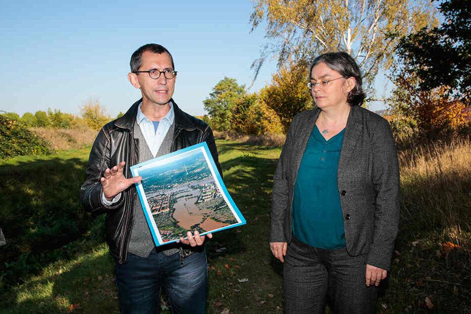 Abteilungsleiter Jens-Olaf Seifert (55) und Umweltbürgermeisterin Eva Jähnigen (53, Grüne) erklären, wie der Altelbarm umgestaltet werden soll.