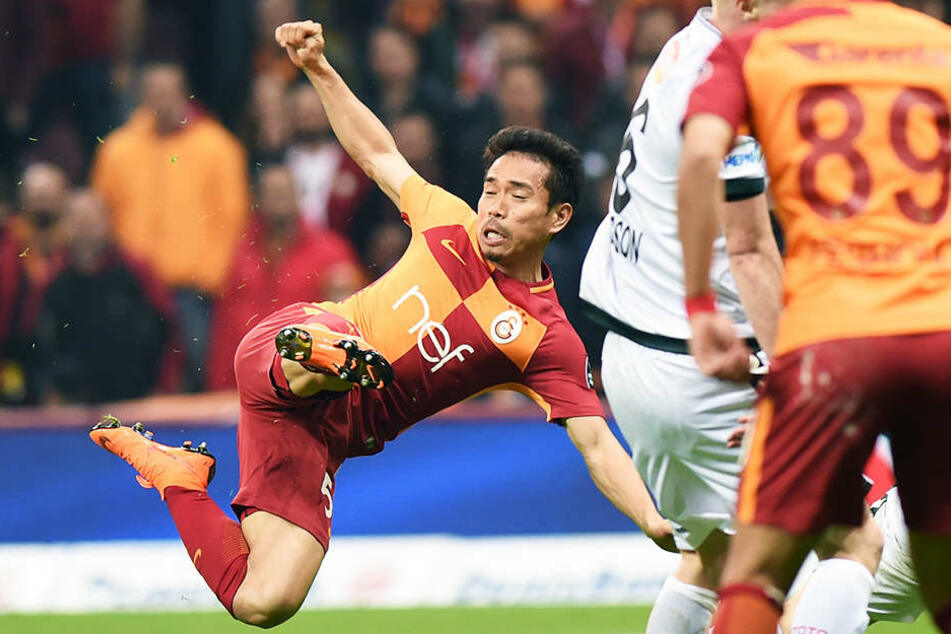 Yuto Nagatomo (l.) darf mit Galatasaray Istanbul in der Champions League antreten.
