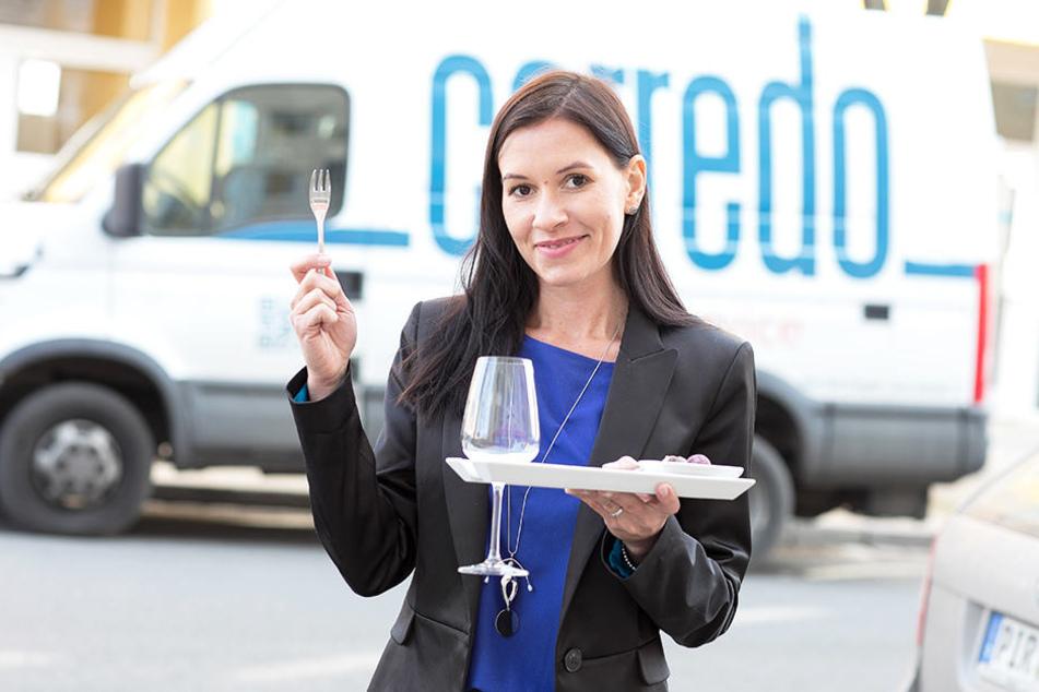 Gerüstet für den Stehempfang: Der Teller mit integrierter Glashalterung gefällt Julia Papuscha (31) besonders.