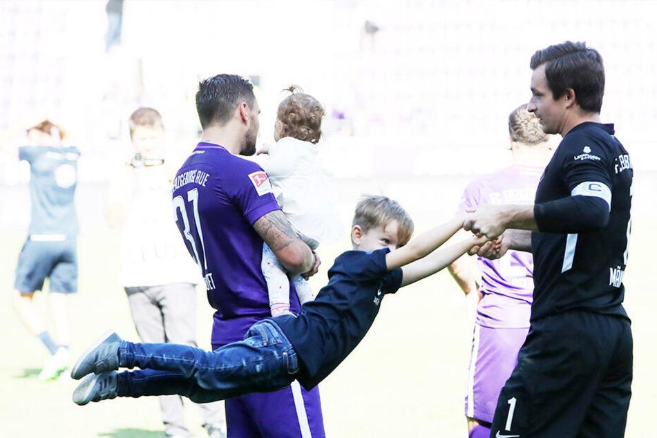Papa Martin wirbelt Sohnemann Anton durch die Luft. Der Schulanfänger wünscht sich drei Punkte auf die Zuckertüte.