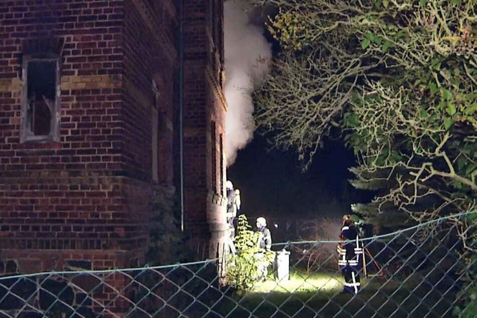 Im Erdgeschoss des Hauses waren Unrat und Baustoffe in Brand geraden.