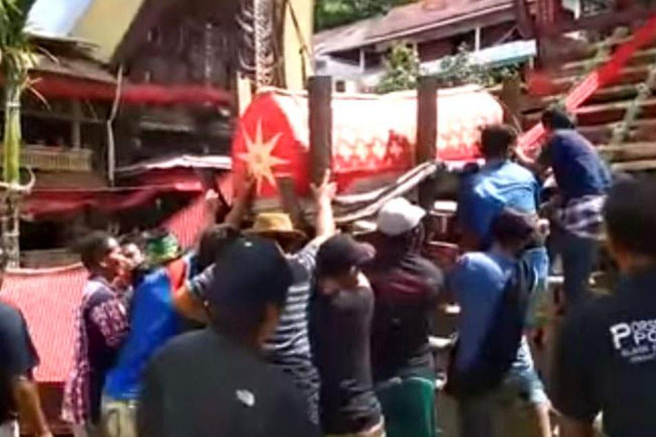 Tragödie bei Beerdigung:Indonesier von Sarg mit Mutter erschlagen
