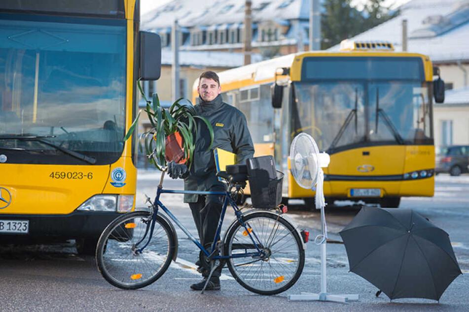 DVB-Mitarbeiter Oliver Willkommen (28) zeigt einige Fundstücke, die in Bus  und Bahn liegen blieben.