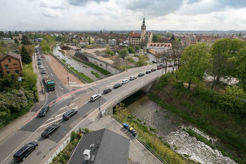Im Berufsverkehr reiht sich die Blechlawine bis fast zur Flügelwegbrücke zurück.