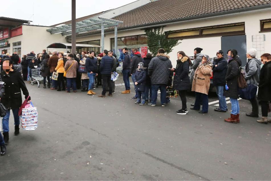 Eine viele Meter lange Schlange mit wartenden Kunden bildete sich vor dem Eingang.