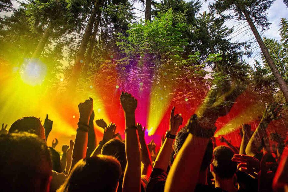 Mini-Loveparade im Wald: 61 Techno-Fans mit Hubschrauber aufgespürt
