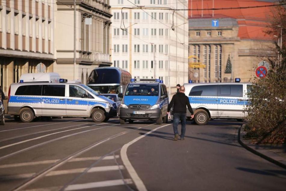 Die Polizei riegelt in Leipzig am Dienstagmittag die Goethestraße (neben der Oper) sogar teilweise ab. Nur Straßenbahnen und direkte Anwohner dürfen durch.