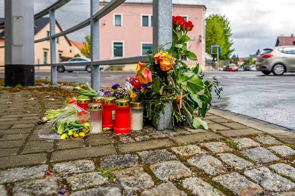 Im Gedenken an die Frau legten Angehörige und Betroffene Blumen und Kerzen an die Unfallstelle auf der Pirnaer Straße.