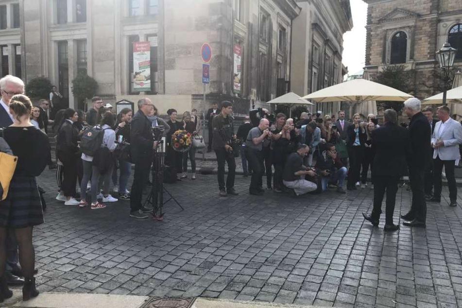 Vor der Oper versammelten sich zahlreiche Fans, um einen Blick auf ihren Kaiser erhaschen zu können.