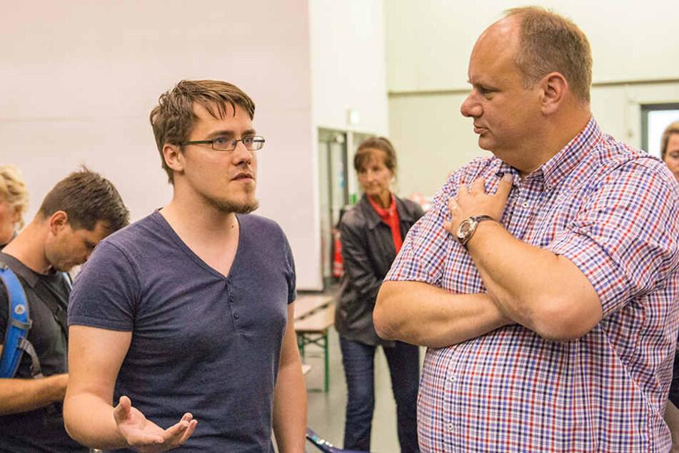 Oberbürgermeister Dirk Hilbert (46, FDP) schaute sich die Notunterkunft in der Messe an. Patric Heinig (25) konfrontierte ihn mit Problemen der Betroffenen.