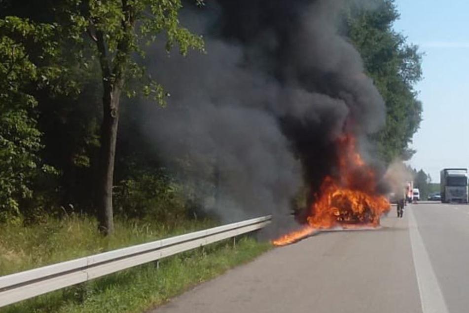 Auf der A93 fing ein Notarztwagen für Säuglinge Feuer und brannte nahezu komplett aus.