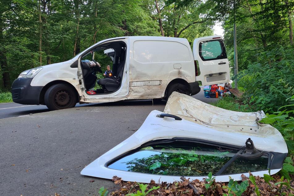 Der Fahrer eines Citroen Berlingo wurde dabei in seinem Fahrzeug eingeklemmt und musste schwer verletzt von der Feuerwehr befreit werden.