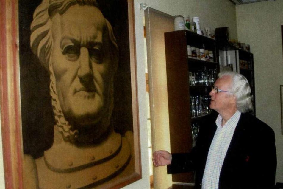 Herman Häse vor dem Wagner-Bild von Richard Guhr. Die Zeichnung hat eine  Odyssee hinter sich, bevor sie nach Sachsen zurückkehrte.