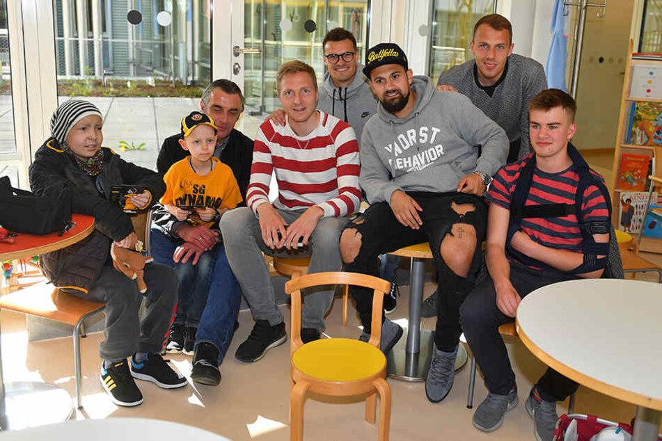 Große Freude bei den Kindern! Ralf Minge kam gemeinsam mit Kapitän Marco Hartmann, Marvin Schwäbe, Marcos Alvarez und Philip Heise.