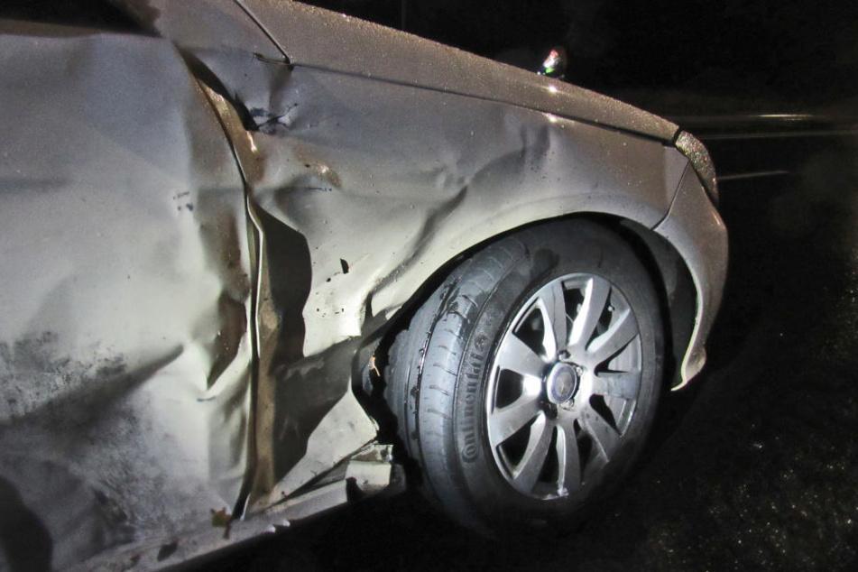 Auch das Taxi musste nach dem Unfall abgeschleppt werden.