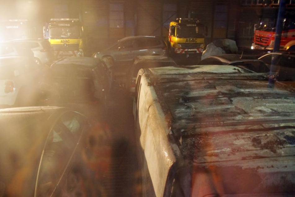 Ursache des Feuers waren drei Unfall-Autos, die in der Halle abgestellt waren.