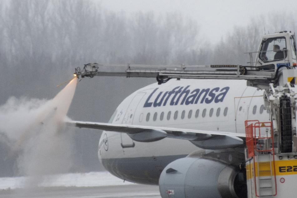 Da die Flugzeuge erst enteist werden müssen, kommt es zu Verzögerung beim Start.