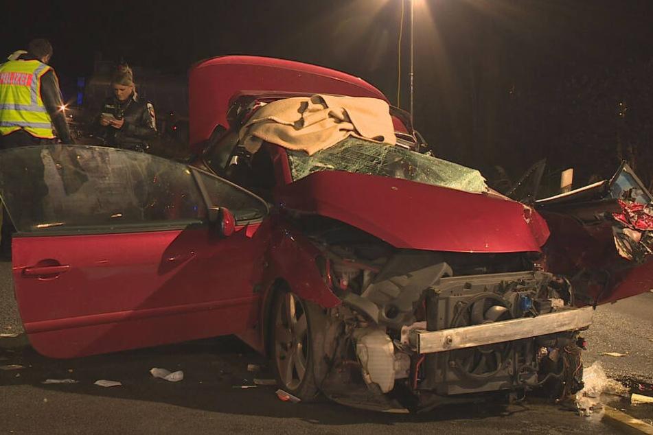 Der Peugeot wurde bei dem Unfall völlig zerstört.