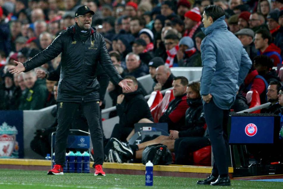 Trainer Jürgen Klopp von Liverpool gestikuliert an der Seitenlinie neben Trainer Niko Kovac von München.