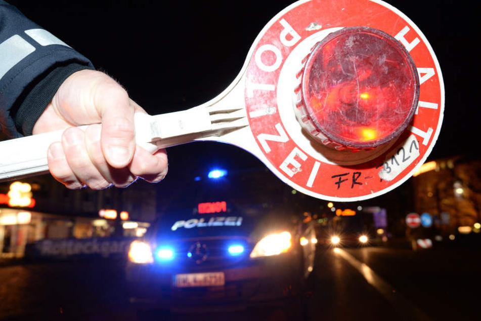 Die Polizisten fanden den Mann schlafend am Steuer. (Symbolbild)