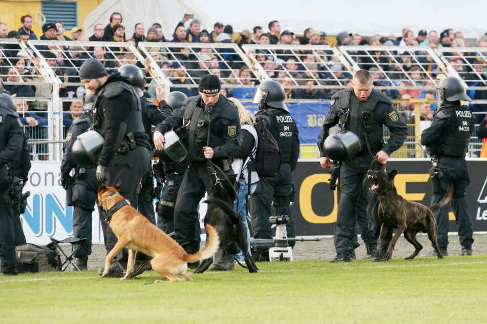 Neben Wasserwerfern kam auch eine Hundestaffel im Derby am 22. November zum Einsatz.