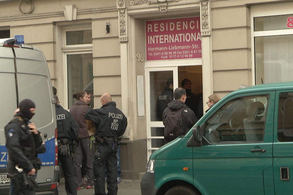 """Am Mittwochmorgen stürmten Einsatzkräfte der Landes- und Bundespolizei das Hostel """"Residencia International""""."""