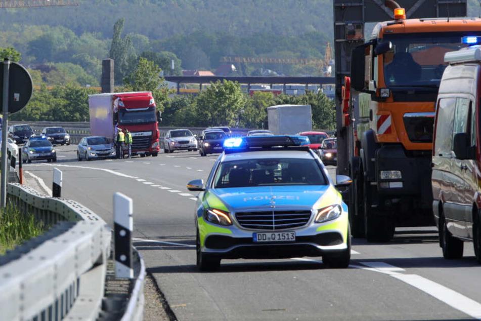 Bei dem Unfall liefen verschiedene Farben und Lackschlämme auf die Fahrbahn.