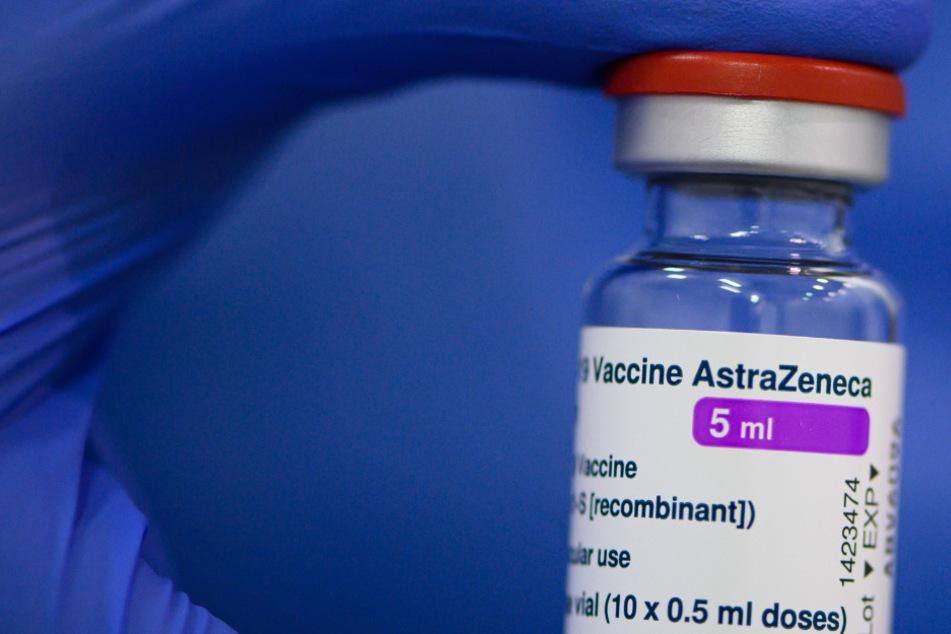 Coronavirus: Plötzlich wollen alle AstraZeneca - Impfstoff wird knapp, Arztpraxen stornieren bereits Termine