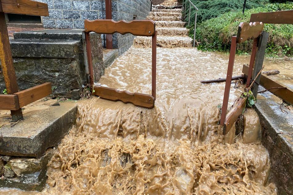Die Wassermassen schossen an den Treppenanlagen herunter.