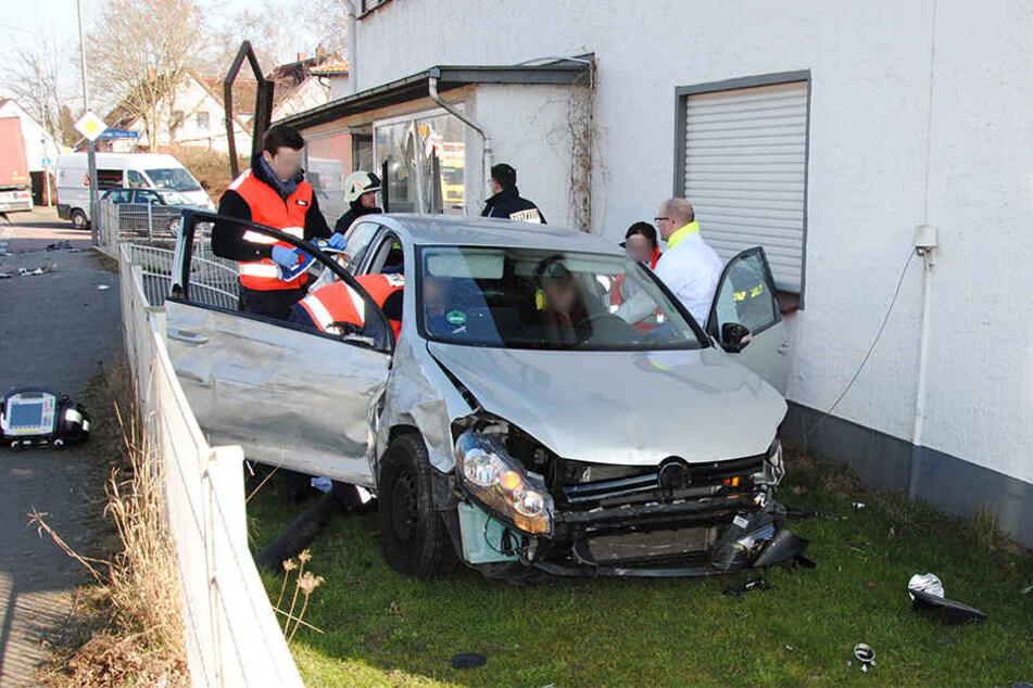 Das Bild zum Unfall lässt erahnen, wie heftig der Crash gewesen sein muss. Trotzdem wurden alle Beteiligten nur leicht bzw. nicht verletzt.