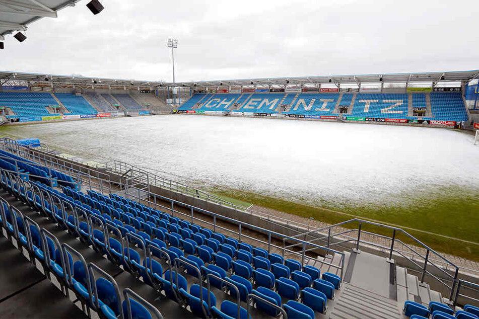 Das Chemnitzer Stadion in herrlichem Weiß. Am Freitagmittag hat es nochmal ordentlich geschneit. Nach jetzigem Stand der Dinge kann aber gespielt werden.