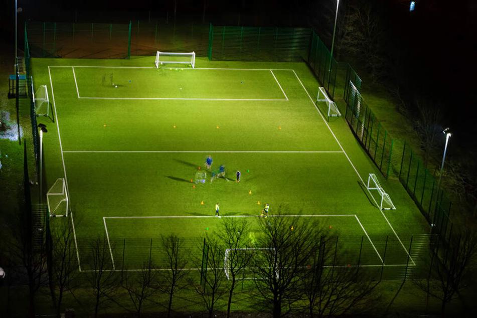 Das Spielfeld musste unverzüglich geräumt werden. (Symbolbild).