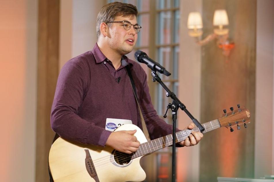 Mit Gitarre begleitet sich Peter Rossow, der in seiner Heimat auch gerne auf der Straße und in Einkaufspassagen singt.