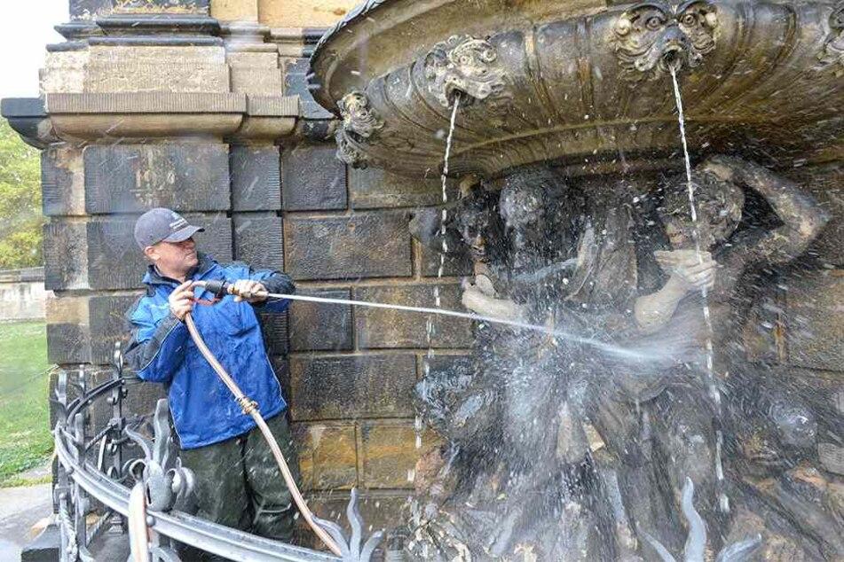 Eckbrunnen am Zwinger: Monteur Wohlfahrt Renato Wohlfahrt (46) reinigt ihn.